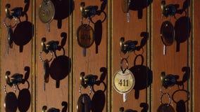 Schlüssel an der Aufnahme stock video