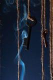 Schlüssel, die an einer Schnur hängen Rauchen Sie Hintergrund Selektiver Fokus Stockbild