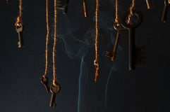 Schlüssel, die an einer Schnur hängen Rauchen Sie Hintergrund Selektiver Fokus Lizenzfreies Stockbild
