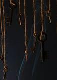Schlüssel, die an einer Schnur hängen Rauchen Sie Hintergrund Selektiver Fokus Stockfoto