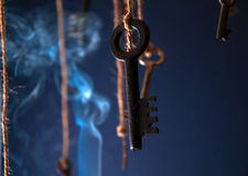 Schlüssel, die an einer Schnur hängen Rauchen Sie Hintergrund Selektiver Fokus Lizenzfreies Stockfoto