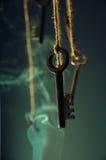 Schlüssel, die an einer Schnur hängen Rauchen Sie Hintergrund Selektiver Fokus Stockfotografie