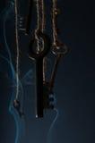 Schlüssel, die an einer Schnur hängen Rauchen Sie Hintergrund Selektiver Fokus Lizenzfreie Stockbilder