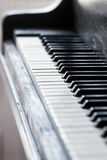 Schlüssel eines alte Klaviers mit einem selektiven Fokus Stockbilder