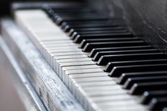Schlüssel eines alte Klaviers mit einem selektiven Fokus Lizenzfreie Stockfotografie