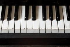 Schlüssel eines alte Klaviers mit einem selektiven Fokus Lizenzfreies Stockfoto