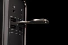 Schlüssel-förmiger Flash-Speicher angeschlossen an einen dunklen Computer Stockfoto