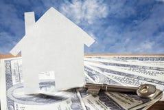 Schlüssel für Haus und Geld Stockfoto
