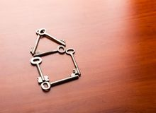 Schlüssel in Form eines Hauses Stockfotografie