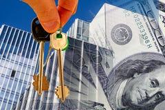 Schlüssel gegen die Fassade des Bürogebäudes und des Geldes Stockbilder