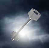 Schlüssel gegen drastischen Himmel Lizenzfreie Stockbilder