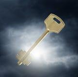Schlüssel gegen drastischen Himmel Lizenzfreies Stockbild