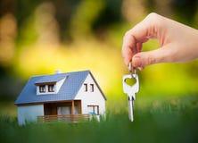 Schlüssel gegen Haushintergrund Stockfotos
