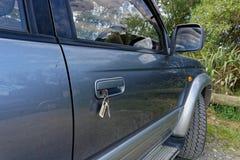 Schlüssel gelassen in einer Autotür stockfoto