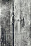 Schlüssel im grauen Schmutzkratzer des Verschlusses Lizenzfreies Stockfoto
