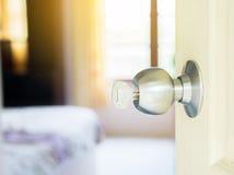 Schlüssel im Schlüsselloch mit der Tür offen Lizenzfreies Stockbild