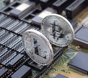 Schlüssel-litecoin und bitcoin auf einer Leiterplatte Stockbild