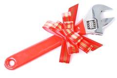 Schlüssel mit und roter Bogen als Geschenk für Heimwerker Stockbild