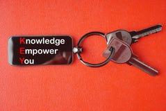 Schlüssel mit Wort auf rotem Hintergrund, lizenzfreie stockfotos