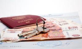 Schlüssel, Pass, Geld ist Lüge auf dem Zertifikat Stockbilder