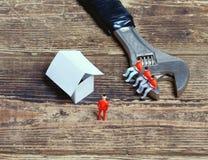 Schlüssel, Spielzeugleute und Papier stockbilder