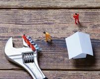 Schlüssel, Spielzeugleute und Papier lizenzfreies stockfoto
