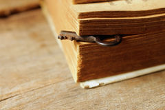 Schlüssel- und altes Buch auf alter Tabelle, Weinlese und weichem Ton Lizenzfreies Stockfoto