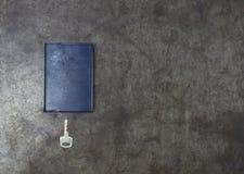 Schlüssel- und Anmerkungsbuch auf Metallhintergrund Stockbild