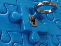 Schlüssel- und blaue Puzzlespielstücke Stockfoto