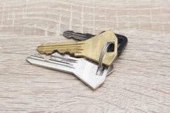 Schlüssel und ein Schlüsselanhänger auf einem Desktop lizenzfreies stockfoto