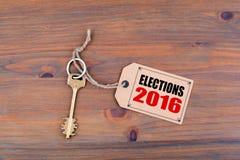 Schlüssel und eine Anmerkung über einen Holztisch mit Text - Wahlen 2016 Stockfoto