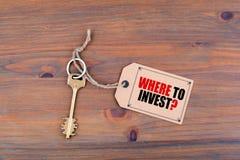 Schlüssel und eine Anmerkung Wo man investiert Stockbilder