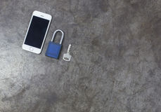 Schlüssel und Handy auf Metallhintergrund Stockfoto