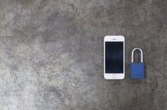 Schlüssel und Handy auf Metallhintergrund Stockfotos