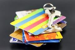 Schlüssel und Mehrfarbenkreditkarten auf schwarzem blackgroung Lizenzfreie Stockfotos