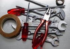 Schlüssel und Schraubenzieher, repare Werkzeuge lizenzfreie stockbilder