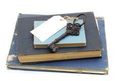 Schlüssel- und unbelegte Karte auf Büchern Stockfoto