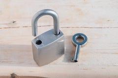 Schlüssel und Verschluss auf hölzernem Hintergrund Lizenzfreies Stockfoto