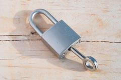Schlüssel und Verschluss auf hölzernem Hintergrund Lizenzfreie Stockfotografie