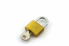 Schlüssel und Verschluss auf weißem Hintergrund Lizenzfreie Stockfotos