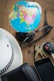 Schlüssel und Weltreisekonzept Lizenzfreies Stockfoto