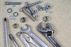 Schlüssel, Universalschraubenschlüssel und verschiedene Bolzen und Nüsse Stockfotos