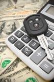 Schlüssel vom Auto und vom Taschenrechner Stockbild