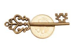 Schlüssel zum Erfolg auf Münze lizenzfreies stockbild