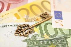 Schlüssel zum Erfolg auf verschiedenen Eurobanknoten Stockbild