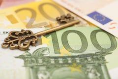 Schlüssel zum Erfolg auf verschiedenen Eurobanknoten Lizenzfreie Stockbilder