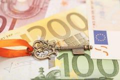Schlüssel zum Erfolg auf verschiedenen Eurobanknoten Lizenzfreies Stockfoto