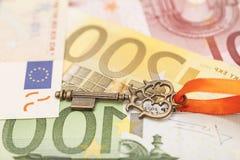 Schlüssel zum Erfolg auf verschiedenen Eurobanknoten Stockfotos