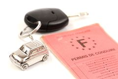 Schlüsselauto mit wenigem Schlüsselring in der Form des Autos Lizenzfreie Stockfotos
