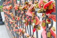 Schlüsselblockierung auf Zaun Stockbilder